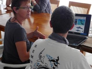 Claire et Ghislain s'échangent leurs techniques de reconnaissance des mammifères marins ©Agence des aires marines protégées/observatoire Pelagis – REMMOA 2014