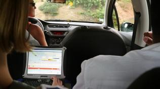 ...de retrouver ses automatismes dans la saisie des données. Pamela joue les pilotes. ©Agence des aires marines protégées/observatoire Pelagis – REMMOA 2014