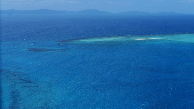 Vues aériennes du lagon et de la barrière. Ces paysages magnifiques ne sont le plus souvent que les 10 premières et 10 dernières minutes des longs vols (~7h) océaniques d'observation. ©Agence des aires marines protégées/observatoire Pelagis – REMMOA 2014