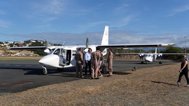 Une responsable des aéroports à la CCI de Nouvelle-Calédoniesurveille d'un oeil curieux et amusé les préparatifs du vol. ©Agence des aires marines protégées/observatoire Pelagis – REMMOA 2014