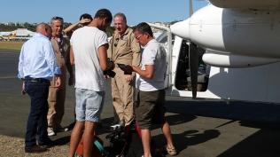 L'équipe d'Echappées Belles sur le tarmac avec les pilotes. ©Agence des aires marines protégées/observatoire Pelagis – REMMOA 2014