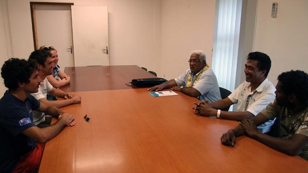 M. Petelo Hanisi, président de l'assemblée territoriale, avec Atolo Malau et Waia en face de Cécile, Ghislain et Thomas. ©Agence des aires marines protégées/observatoire Pelagis – REMMOA 2014