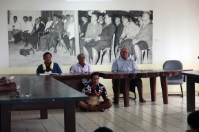 de gauche à droite : le ministre de l'agriculture, le 1er ministre et le ministre de l'environnement. Assis par terre, le chef de cérémonie. ©Agence des aires marines protégées/observatoire Pelagis – REMMOA 2014